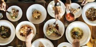 Ilustrasi Foto makanan full di atas meja makan